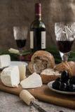 Butelka wino, ser i biały chleb, jesteśmy na grabić Zdjęcie Royalty Free