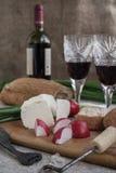 Butelka wino, ser i biały chleb, jesteśmy na grabić Fotografia Stock