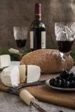 Butelka wino, ser i biały chleb, jesteśmy na grabić Zdjęcia Stock