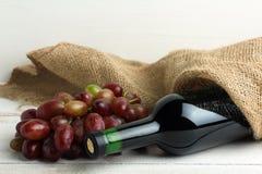 Butelka wino z winogronami Zdjęcie Royalty Free