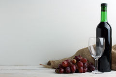 Butelka wino z winogronami Fotografia Stock