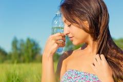 butelka wody napojów kobieta Zdjęcia Royalty Free