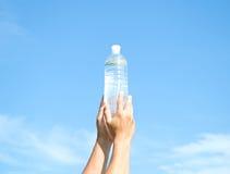 butelka wręcza klingeryt wodę Zdjęcie Royalty Free