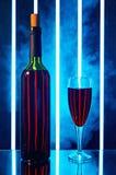 Butelka z czerwonego wina szkłem w dymu Zdjęcie Stock