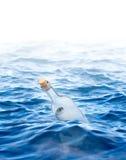 Butelka z listem w morzu Fotografia Royalty Free