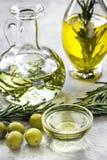 Butelka z oliwa z oliwek i ziele na kamiennym tle Fotografia Royalty Free