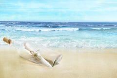 Butelka z wiadomością na plaży fotografia stock