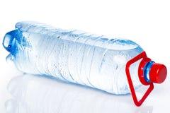Butelka zimna woda Zdjęcia Stock