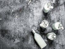 Butelki świeży mleko Zdjęcie Stock