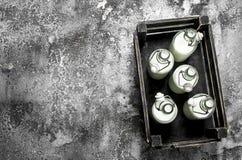 Butelki świeży mleko w starym pudełku Zdjęcie Royalty Free