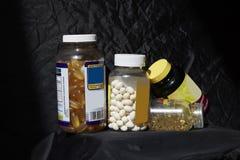Butelki żywienie pastylki dla lepszy zdrowie zdjęcia stock