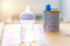 Butelki dla dziecko formuły z pacyfikatorem na kuchni obrazy royalty free