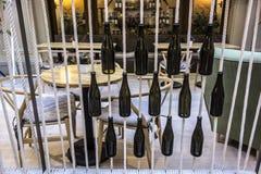 Butelki dołączali arkany przed stołami w kawiarni Zdjęcie Stock