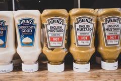 Butelki Heinz condiments i ketchup obrazy royalty free