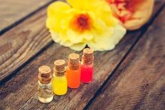 Butelki istotny olej i róże zdjęcia royalty free