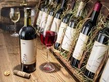 butelki kieliszki wina zdjęcia stock