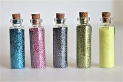 Butelki Kolorowa błyskotliwość na Białym tle Odizolowywającym Zdjęcia Stock