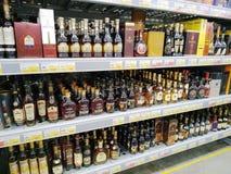 Butelki koniak i brandy na półkach sprzedają w supermarkecie Lenta zdjęcia royalty free