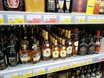 Butelki koniak na półkach sprzedają w supermarkecie Lenta obrazy royalty free