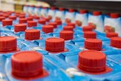 Butelki nakrętki czerwień w rynku Fotografia Stock