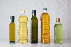 Butelki oleje na stole zdjęcia royalty free
