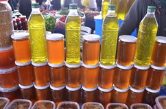 Butelki oliwa z oliwek, szklane butelki z miodem na stojaku i kram w bazaru indyku Antalya Zdjęcia Stock