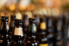 Butelki piwo stojak w tle plama pub w wieczór obraz royalty free