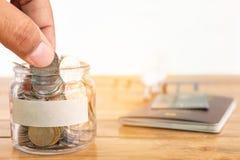 butelki pojęcia dolarowi pieniądze oszczędzania Zbieracki pieniądze w pieniądze słoju dla twój pojęcia ręki mienia moneta, pienią fotografia stock