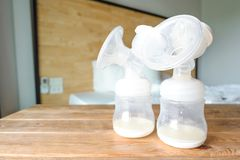 Butelki pompuje z świeżą macierzystą piersią mil automatyczna pierś fotografia stock
