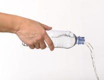 butelki ręki woda Fotografia Royalty Free