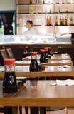 Butelki soja kumberland na stołach w suszi restauraci Zdjęcie Royalty Free