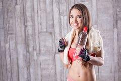 butelki sprawności fizycznej dziewczyny woda fotografia stock