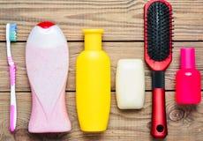 Butelki szampon, prysznic gel, mydło, pachnidło, toothbrush, grępla Produkty dla opieki piękno i higiena obrazy royalty free