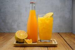 butelki szkła soku pomarańcze Zdjęcie Royalty Free