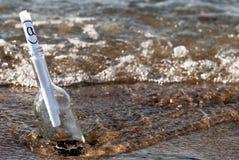 butelki wiadomości przypływ Zdjęcie Stock