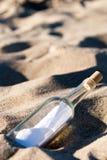 butelki wiadomości piasek Fotografia Stock