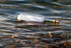 butelki wiadomości woda Obrazy Royalty Free