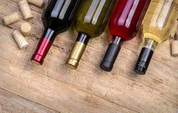 Butelki wino i korki Zdjęcia Stock