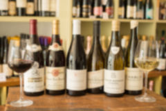 Butelki wino Między Dwa Wineglasses Obrazy Royalty Free