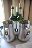 Butelki wino na stole Zdjęcia Royalty Free