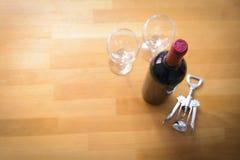 Butelki wino z corkscrew na drewno stole Zdjęcia Stock