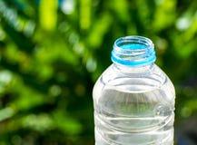 Butelki woda zrobił klingeryt na drewnianym i drzewnym rozmytym bokeh tle w ogródzie Używać tapetę dla pakunku lub produktu i Obrazy Royalty Free