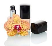 Butelki z żeńską kosmetyk bazą i Storczykowym kwiatem odizolowywającymi na bielu zdjęcia stock