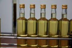Butelki z białym winem przy rozlewniczą rośliną Obrazy Stock