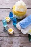 Butelki z istotnym aromata olejem, ręcznikami, świeczkami i kosmkami, Fotografia Stock