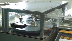 Butelki z lekami na konwejerze wykładają w farmaceutycznej fabryce zbiory wideo