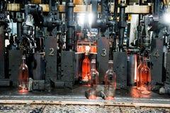 Butelkuje fabrykę, proces robić szklanym butelkom Fotografia Stock