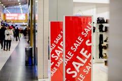 Butik i sprzedaż znak Sklepowy nadokienny pokaz w poczta o sprzedażach zawiadomienie rabat na szklanym okno zdjęcia stock