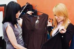 butik wybiera odzieżowej dziewczyny fotografia stock