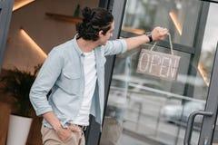 Butika właściciela obwieszenia otwarty znak na drzwi jego sklep Fotografia Stock